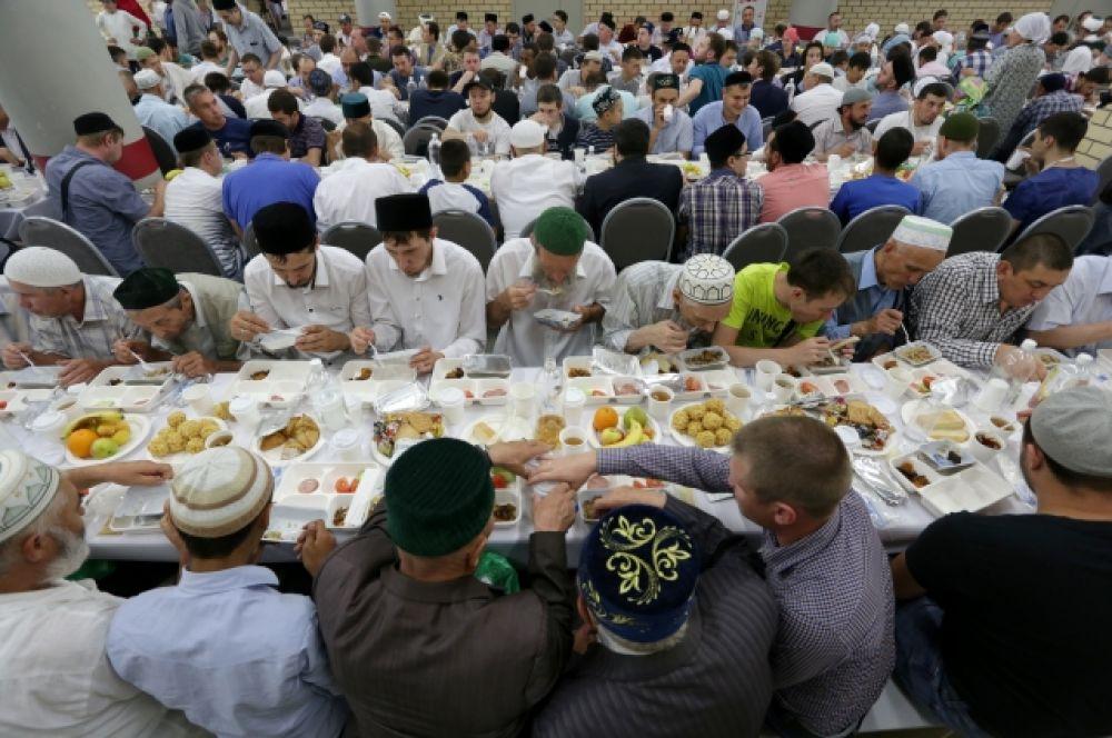 Верующие разговляются традиционными татарскими блюдами.