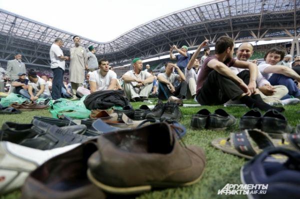 Верующие стали собираться на стадионе задолго на начала мероприятия.