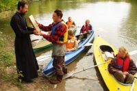 Паломники на байдарках вкладывают много сил, чтобы доставить святыни в дальние сёла.