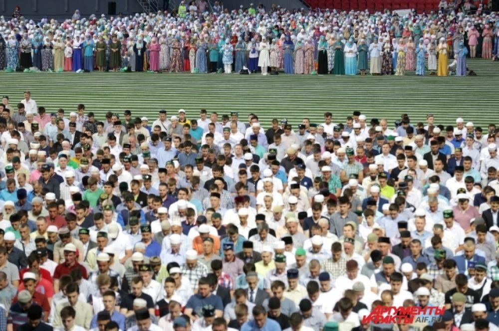Женщины, как и положено по канонам ислама, молятся отдельно от мужчин.