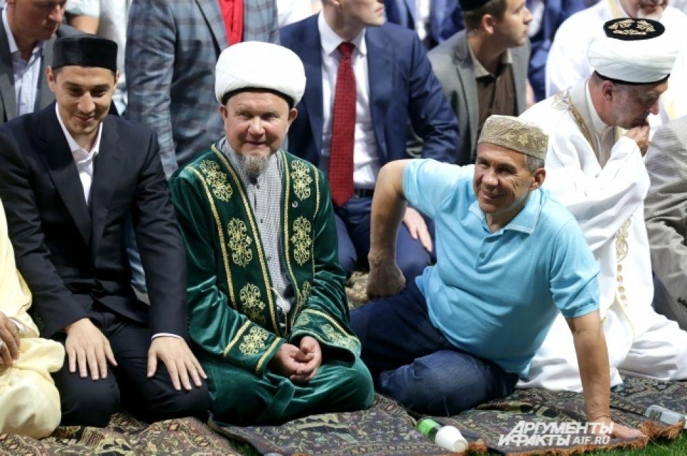 Рустам Минниханов принял участие в намазе вместе с остальными верующими.