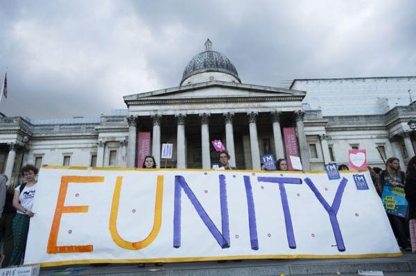 Сторонники членства в Евросоюзе во время митинга на Трафальгарской площади.