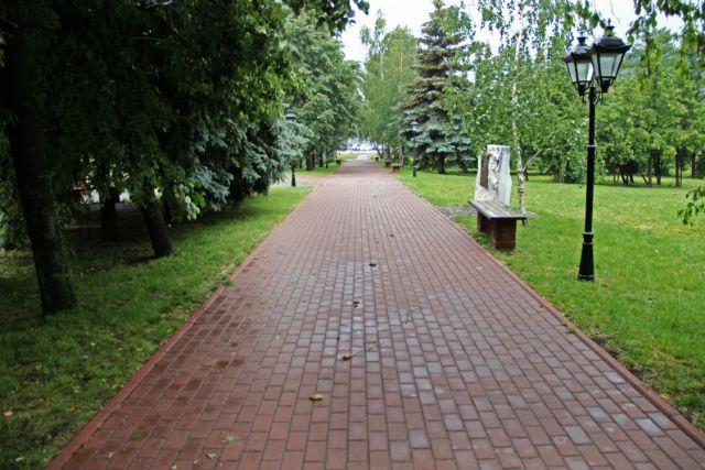 Мы сделали этот снимок из Парка духовности 22 июня. Там очень чисто и всё очень чинно. Хотелось бы радоваться, но… до корней не добраться. Корней деревьев и… корней проблем.