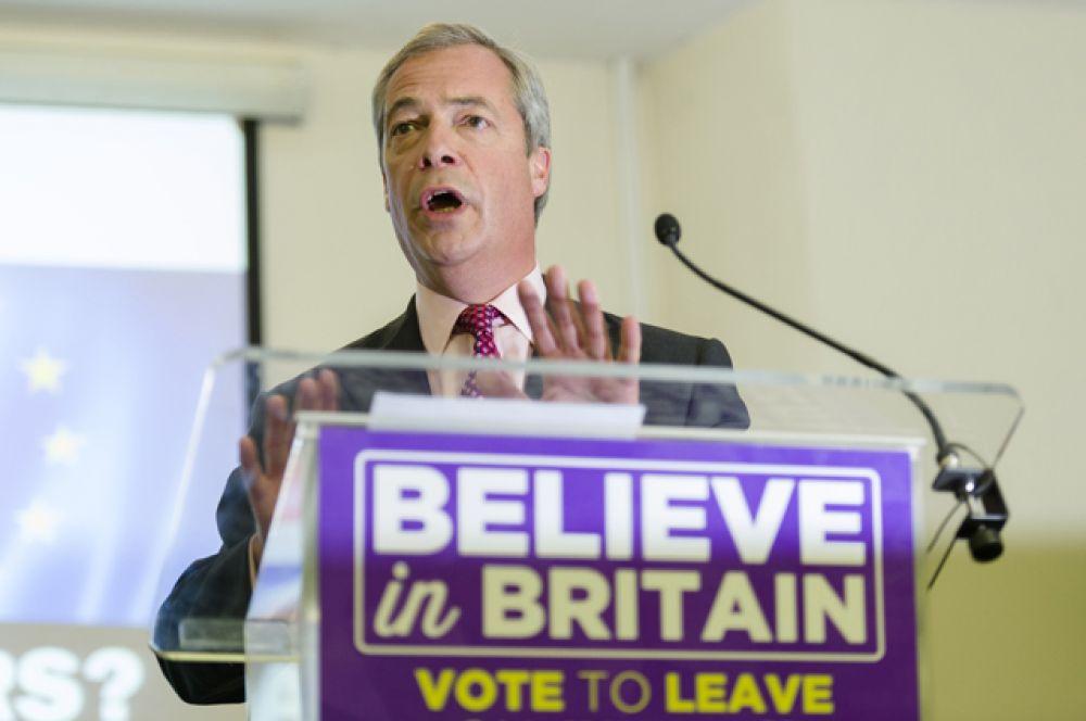 Лидер партии независимости Соединенного Королевства Найджел Фарадж на итоговой перед референдумом пресс-конференции.