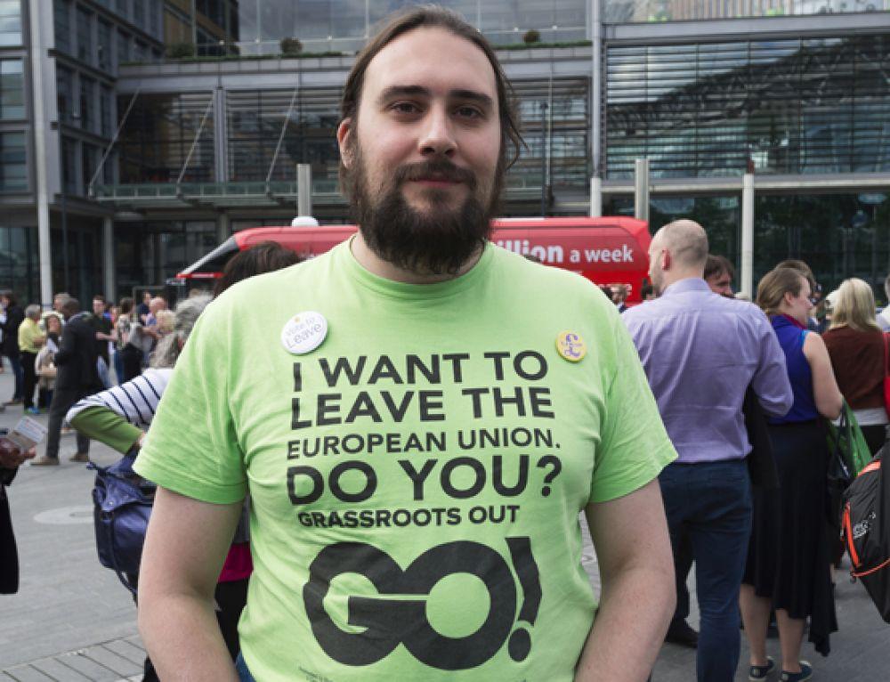 Сторонник выхода Великобритании из Евросоюза у арены Уэмбли в Лондоне, перед началом телевизионных дебатов, посвященных референдуму.