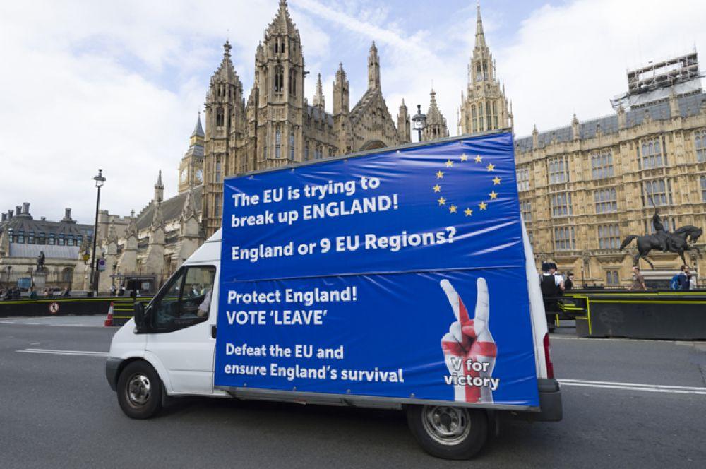 Грузовик у здания британского парламента в Лондоне с агитацией за выход Великобритании из Европейского Союза.