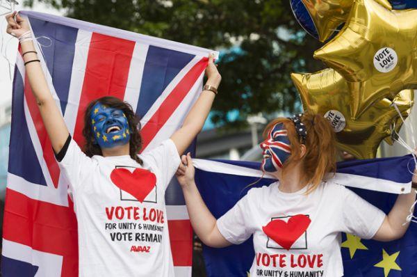 Сторонницы членства Великобритании из Евросоюза у арены Уэмбли в Лондоне, перед началом телевизионных дебатов, посвященных референдуму.