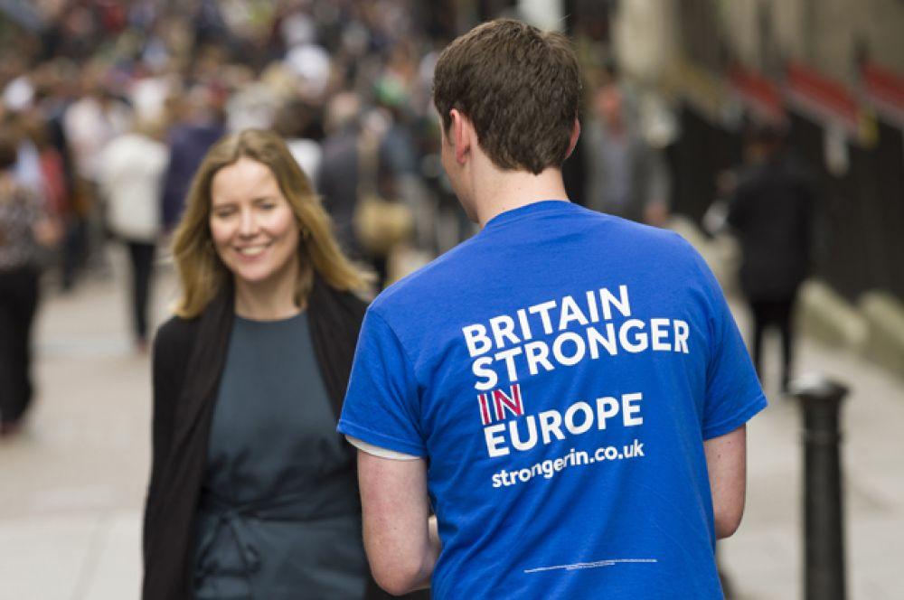 Волонтер на улице Лондона раздает прохожим листовки с агитацией за сохранение членства в Европейском Союзе.