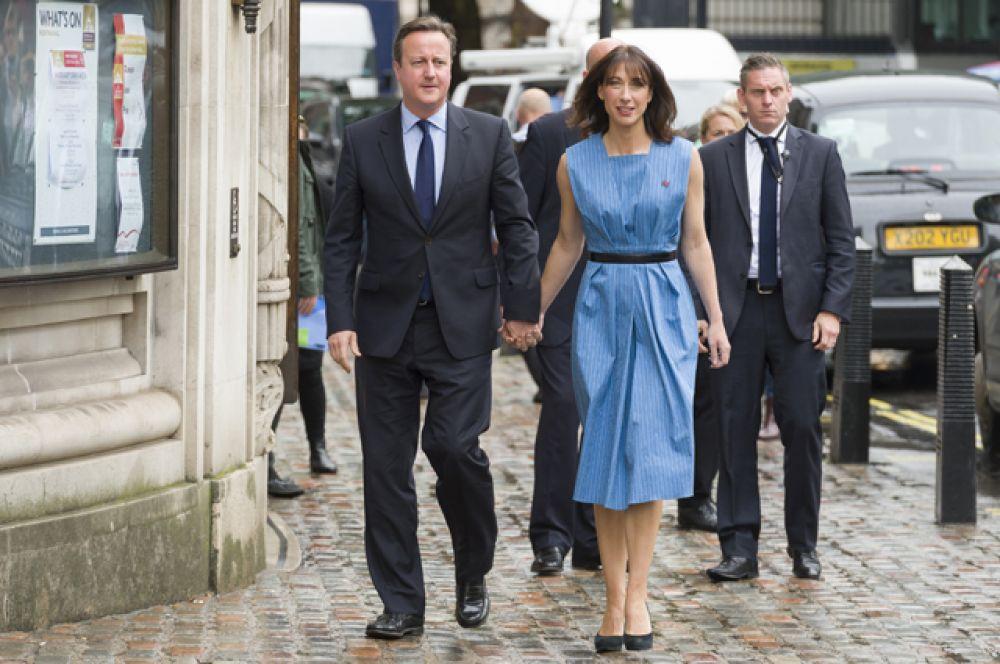 Премьер-министр Великобритании Дэвид Кэмерон и его супруга Саманта идут к Методистскому центральному залу Вестминстера чтобы проголосовать на референдуме по сохранению Великобританией членства в ЕС.