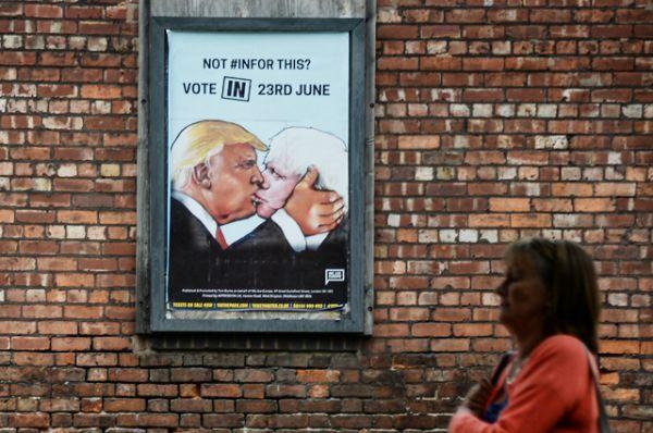Прохожая у агитационного плаката за сохранения Великобритании в составе Европейского союза перед референдумом о членстве Великобритании в ЕС в Манчестере.