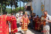 Епископ Питирим с прихожанами во время крестного хода и молебна у стен храма.