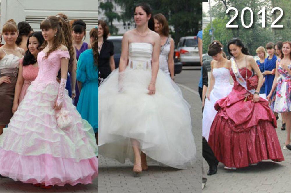 В 2012 году выпускницы чаще, чем в последующие годы отдавали предпочтение помпезным, по-настоящему бальным платьям.