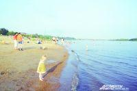 На пляже родителям расслабляться нельзя, за детьми нужен глаз да глаз.