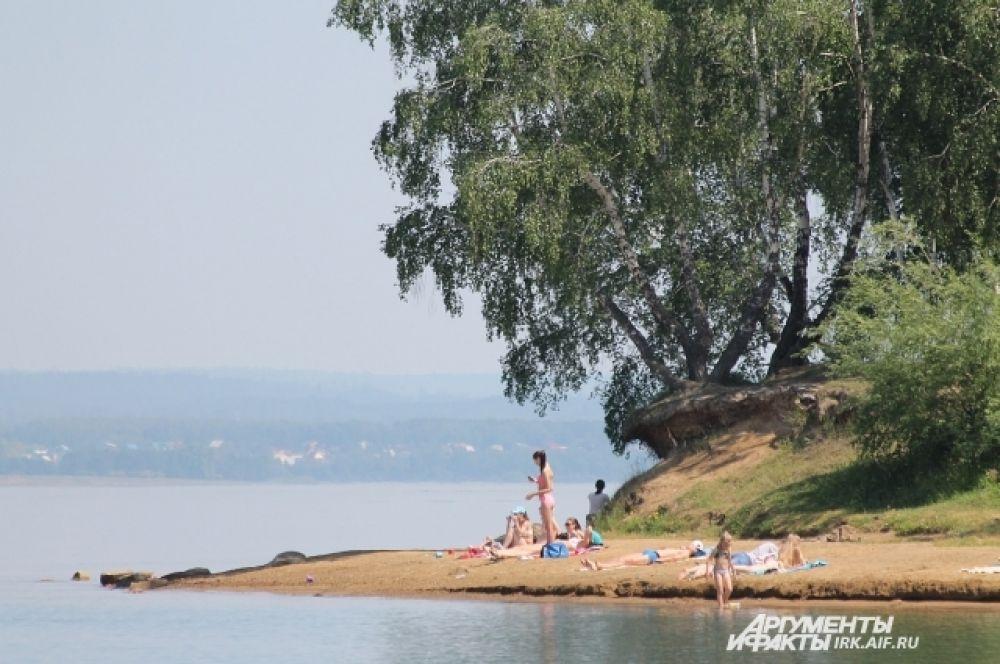 Некоторые иркутяне уходят подальше по берегу, чтобы найти хорошее место.