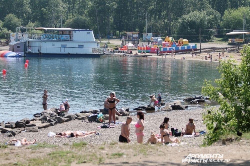 Иркутяне традиционно загорают на Якоби двумя способами: на платном и «диком» пляже, которые находятся рядом.