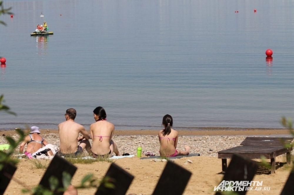 На платном пляже есть лежаки и песочек.