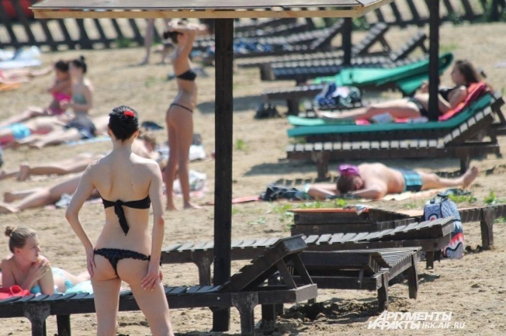 Девушки на обоих пляжах демонстрируют свои лучшие купальники.
