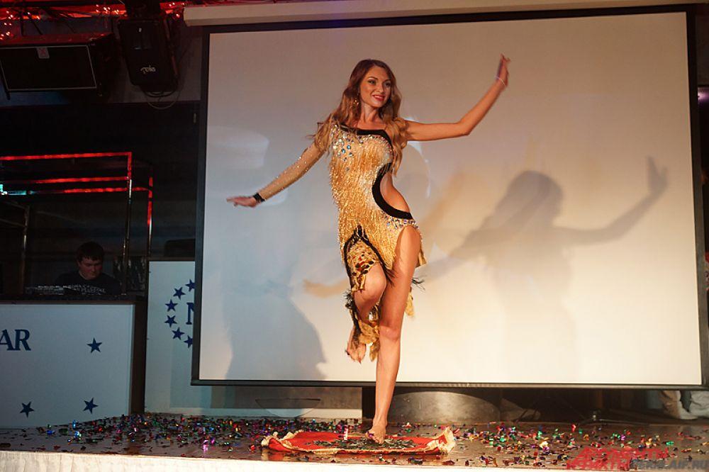Обладательница прошлогоднего титула «Миссис Пермь» Наталья Ежова удивила жюри, пройдясь прямо по стеклу.