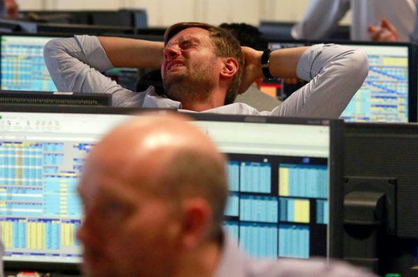 Трейдеры из брокерской компании BGC в финансовом центре Лондона Canary Wharf в ходе торгов.