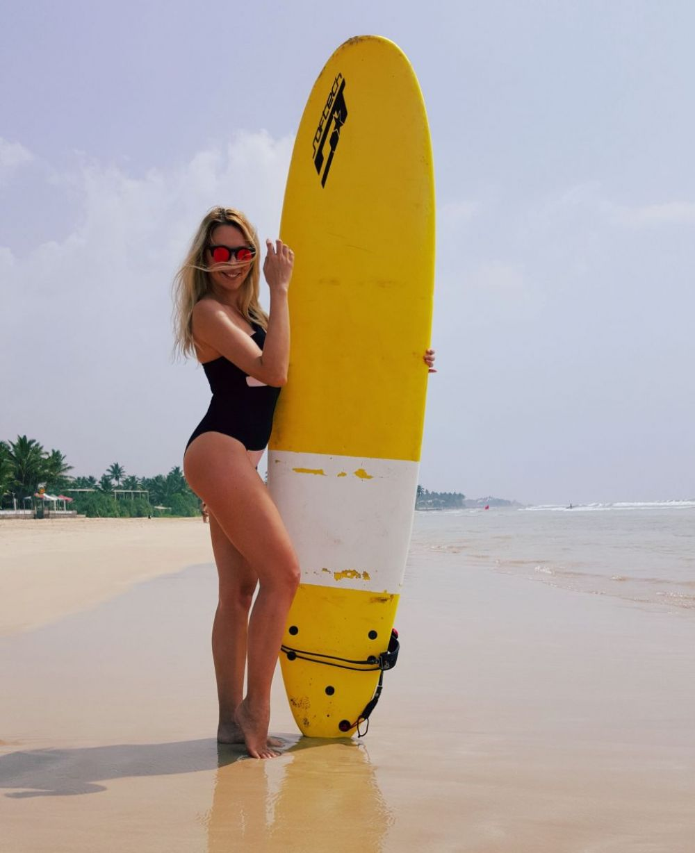 Оля Полякова на серфинге