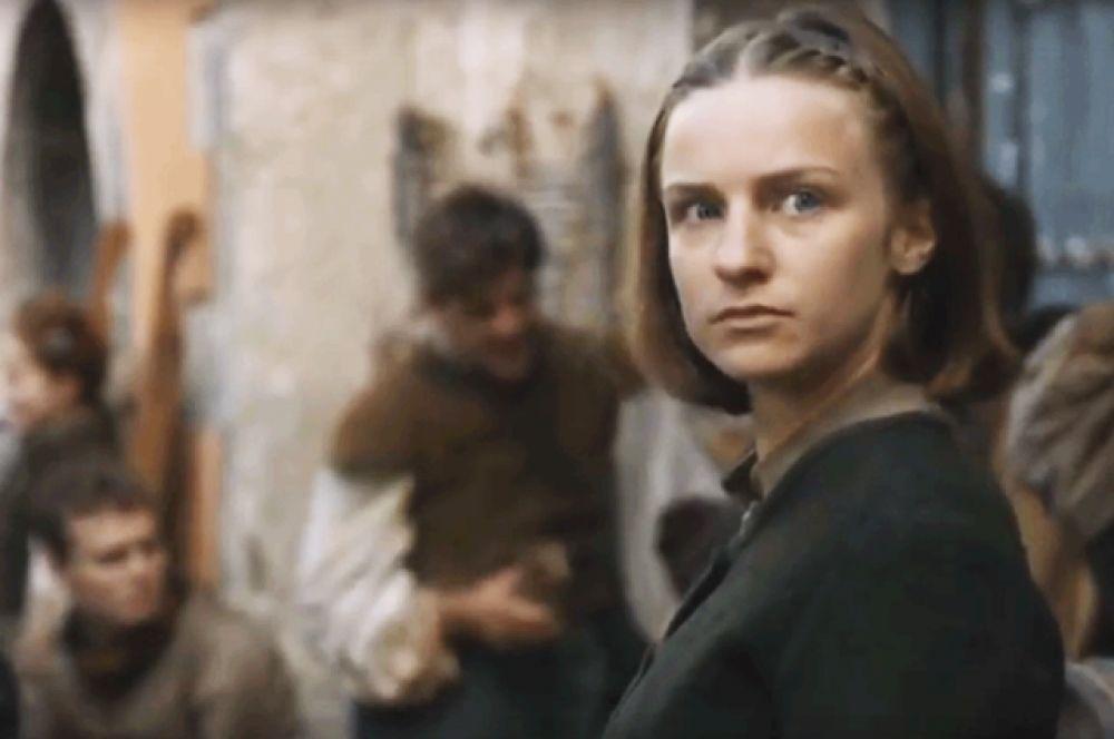 Бродяжка. В восьмой серии шестого сезона умерла Бродяжка из дома Многоликого, которая получила задание убить Арью. Младшая дочь Неда Старка впервые превзошла в бою «девочку без имени» и заколола её мечом.