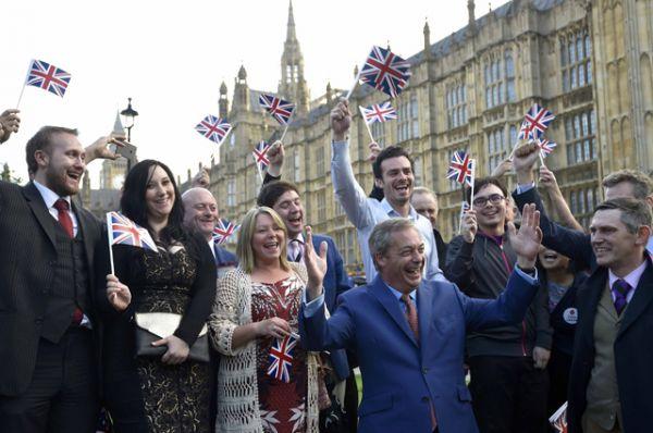 Идеолог Brexit Найджел Фараж со сторонниками.