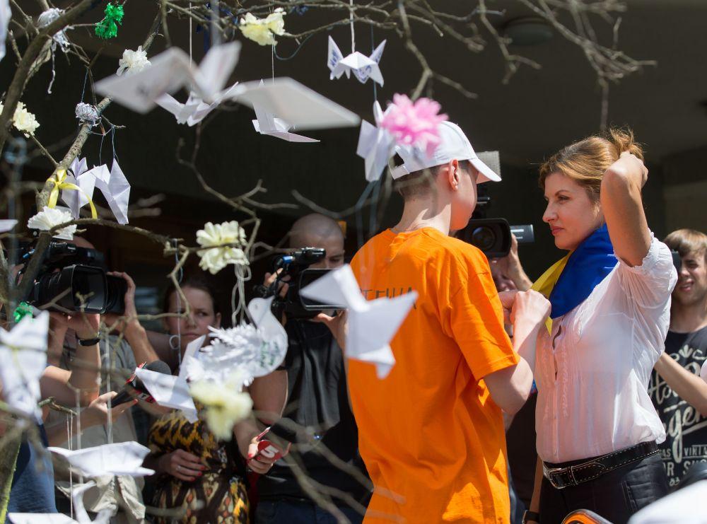 """Гости ознакомились с арт-проектом """"Белые птицы в мирном небе"""" и в сопровождении детей оформили композицию из бумажных птиц, на крыльях которых были вписаны детские мечты"""