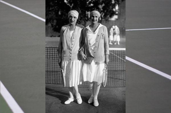 После войны законодательницей теннисной моды стала Сюзанн Ленглен. Благодаря ей в женском теннисе утвердились юбки до колена и короткие рукава. Кроме того, после Ленглен в моду вошли головные платки.