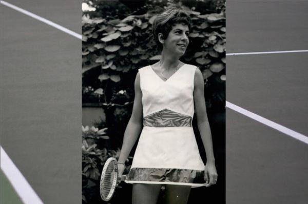 Теннисную моду в первые десятилетия после Второй мировой войны во многом диктовал бывший теннисист и теннисный судья, кутюрье Тед Тинлинг. Он проектировал костюмы для Марии Буэно