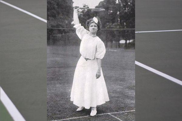 В 1905 году американка Мэй Саттон позволила себе выйти на корт с закатанными рукавами. Тем не менее нижние юбки и корсеты оставались частью женской теннисной формы до Первой мировой войны.