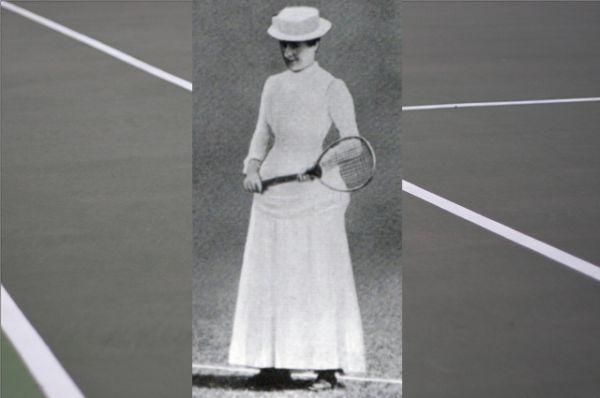 В первые годы существования тенниса спортивная форма была довольно неудобной. Так, первая чемпионка Уимблдонского турнира 1884 года, Мод Уотсон, завоевала свой титул в юбке с турнюром и мужской соломенной шляпе. Ещё раньше женщины играли в костюмах из фланели и саржи, а иногда даже в мехах.