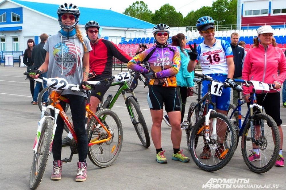 Участники соревнований по велосипедному спорту в дисциплине кросс-кантри.