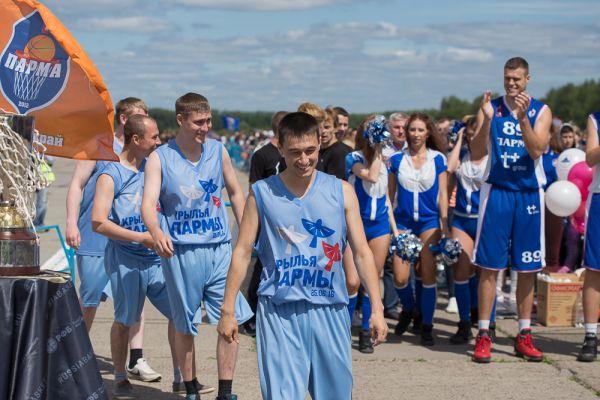 После мастер-класса по баскетболу для посетителей на площадку вышли две команды - баскетболисты «Пармы» встретились с командой офицеров «Сокола».