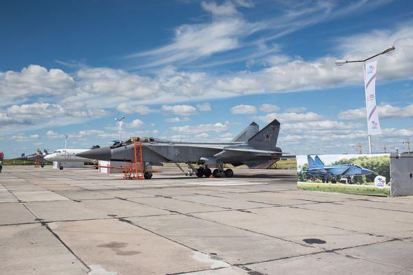 День проведения фестиваля «Крылья Пармы» – пожалуй, единственный день в году, когда на военный аэродром может пройти любой желающий. На статической экспозиции можно было увидеть истребители МиГ-31, самолеты Як-40 и Ту-134.