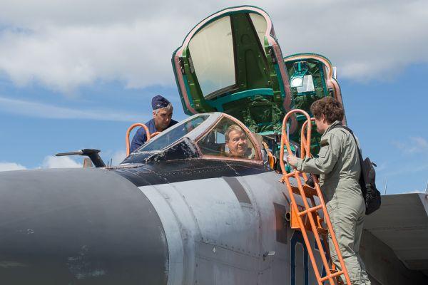 Почетным гостем фестиваля в этом году стал заслуженный летчик-испытатель, Герой России Игорь Вотинцев. Он с удовольствием поднялся на борт МиГ-31.