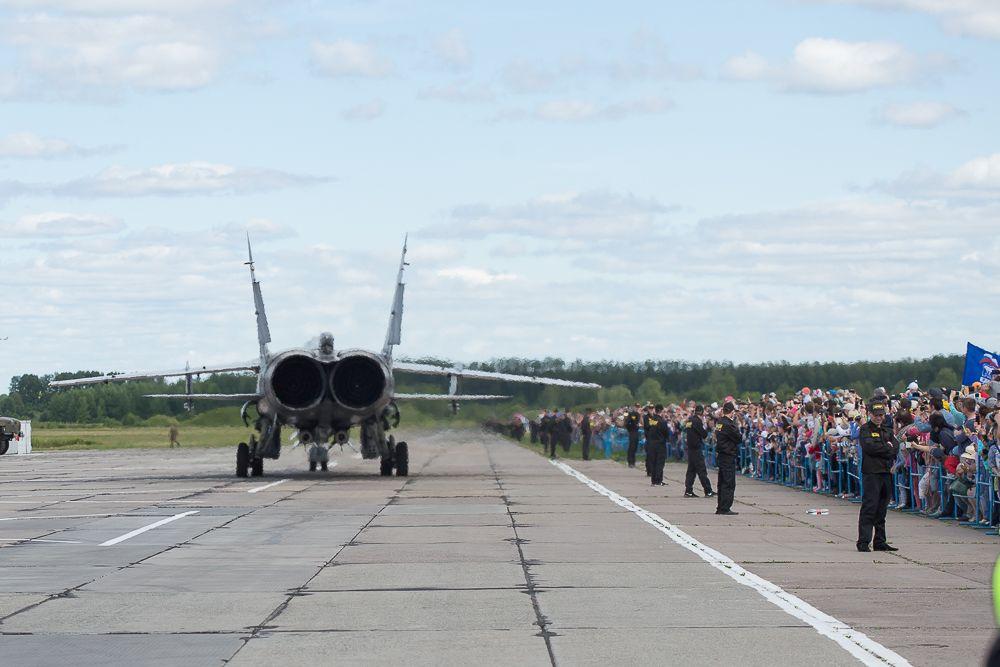 Зрители «Крыльев Пармы» смогли также увидеть, услышать и почувствовать, как МиГ-31 запускает двигатели и выходит на рулежную дорожку.