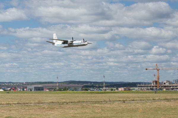 Затем пермяки смогли помахать пилотам самолета Ан26, который прошел прямо над взлетно-посадочной полосой.