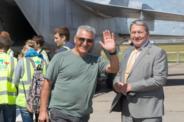 Также на празднике можно было встретить Артура Саркисяна, воздушного фотографа. Именно ему принадлежит большинство видеороликов и фотографий, снятых в полетах российских пилотажных групп и пермских истребителей МиГ-31.