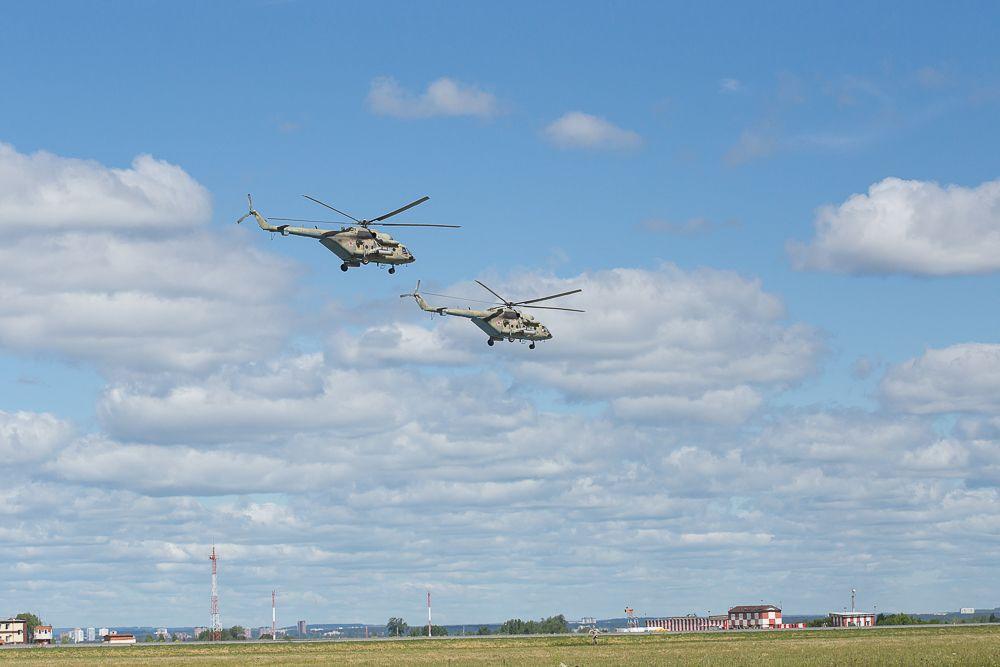 И вот в небе над аэродромом появились два вертолета Ми-8.