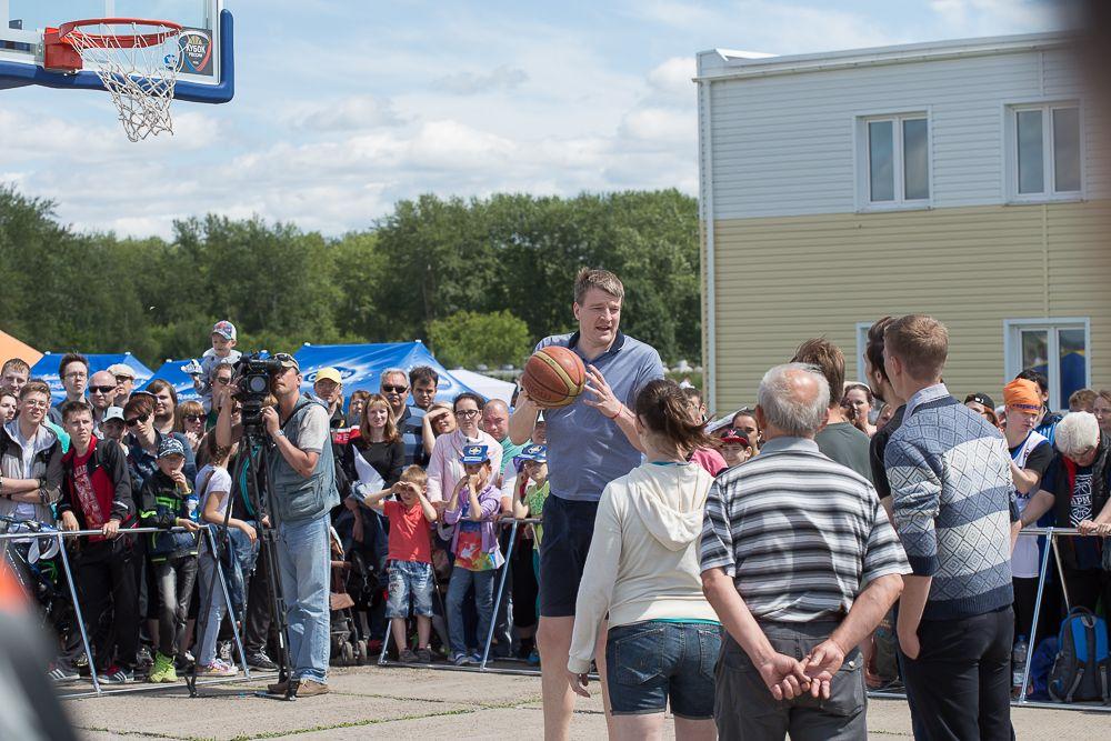 Тем временем на аэродроме баскетбольный клуб «Парма» начал мастер-класс для всех желающих.