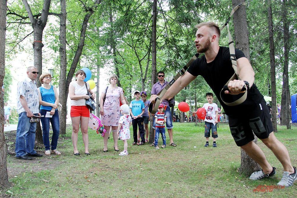 Каждый мог попробовать отжаться от дерева с чемпионом по TRX-петлям Ильей Марнаузовым.