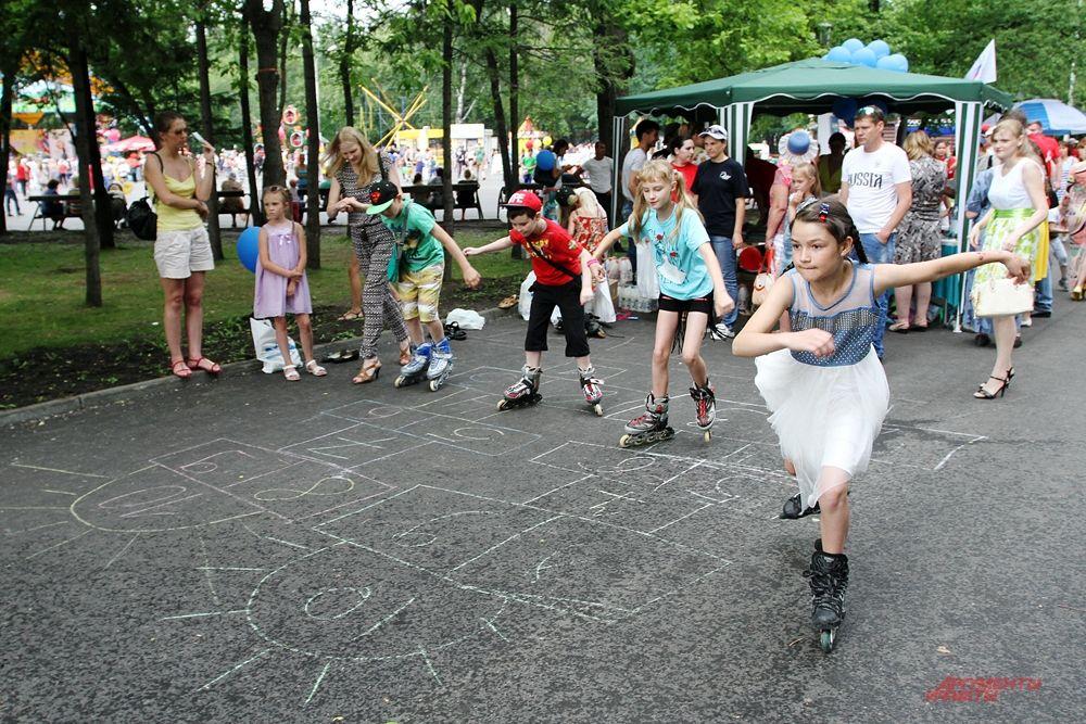 """На площадке """"АиФ на Оби"""" на аллеях Центрального парка проходили конкурсы для детей. Проехать на роликах, поскакать на скакалке, показать как надо прыгать в классики."""