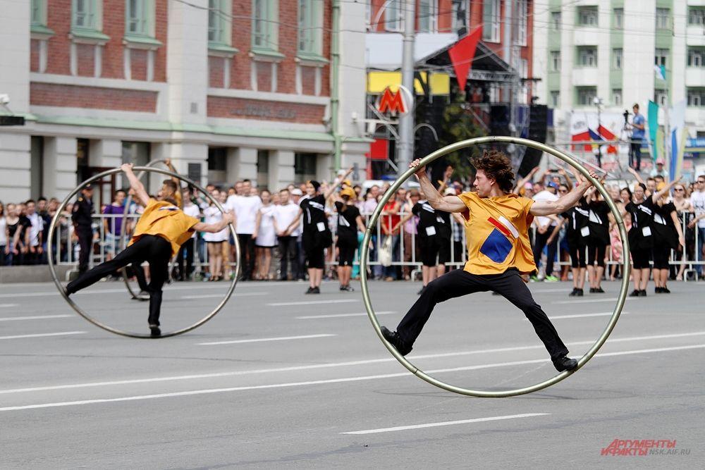 После объявления начала праздника на площадь Ленина вышли творческие коллективы, которые показали захватывающие номера.