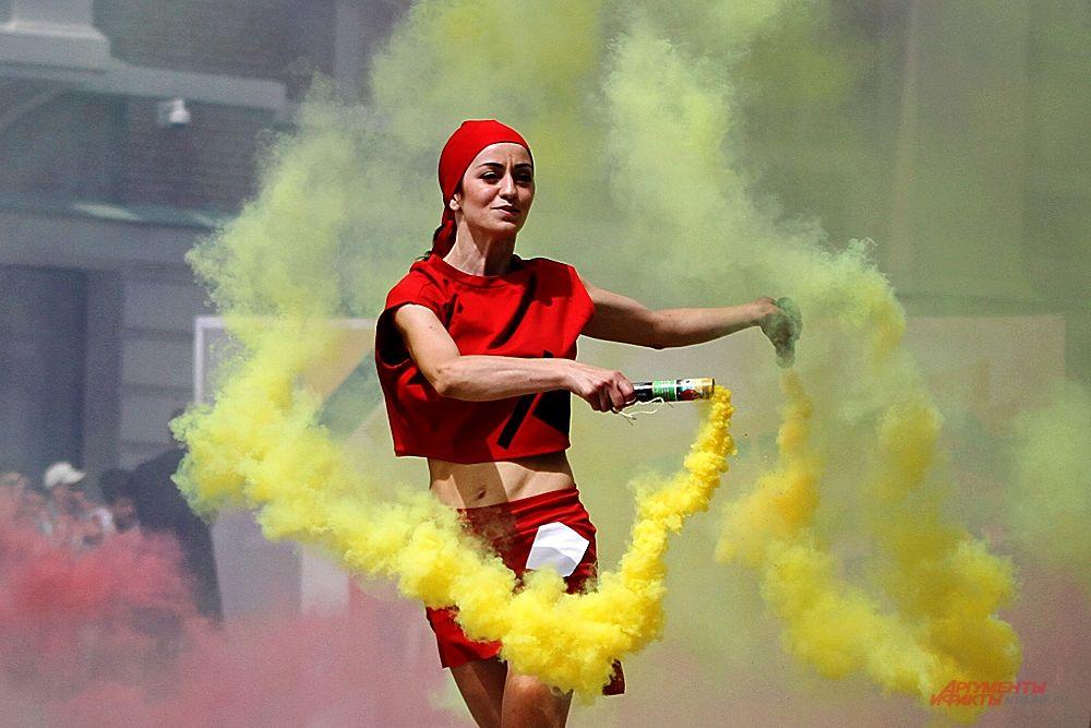 Эффектно выглядело шествие с цветным дымом.