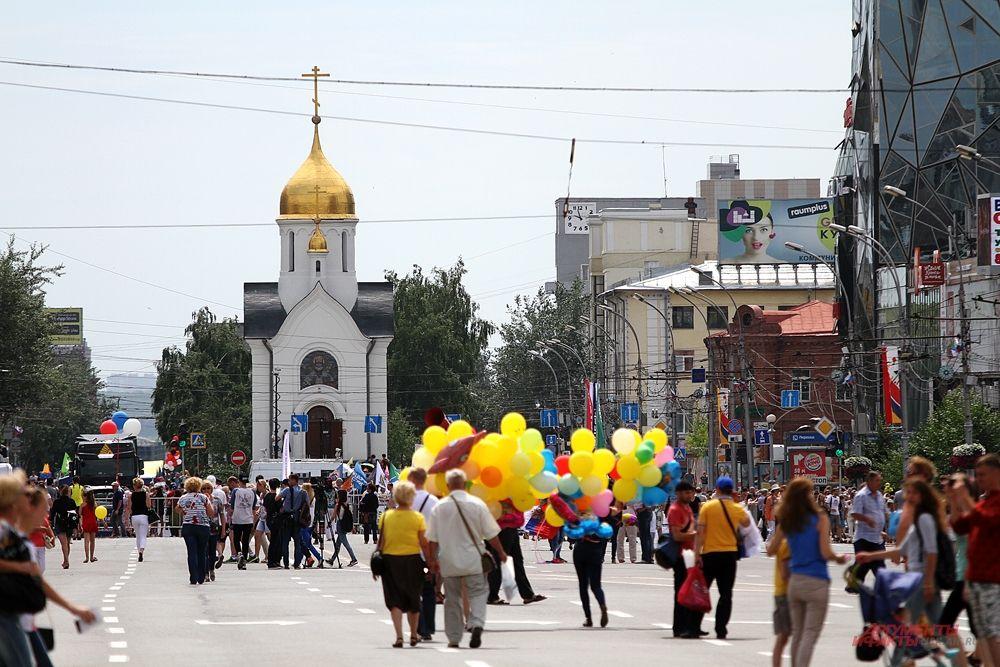 После открытия многие пошли гулять по городу. Площадок было множество. Каждый мог получить шарик, поучаствовать в конкурсах и просто послушать выступления коллективов.