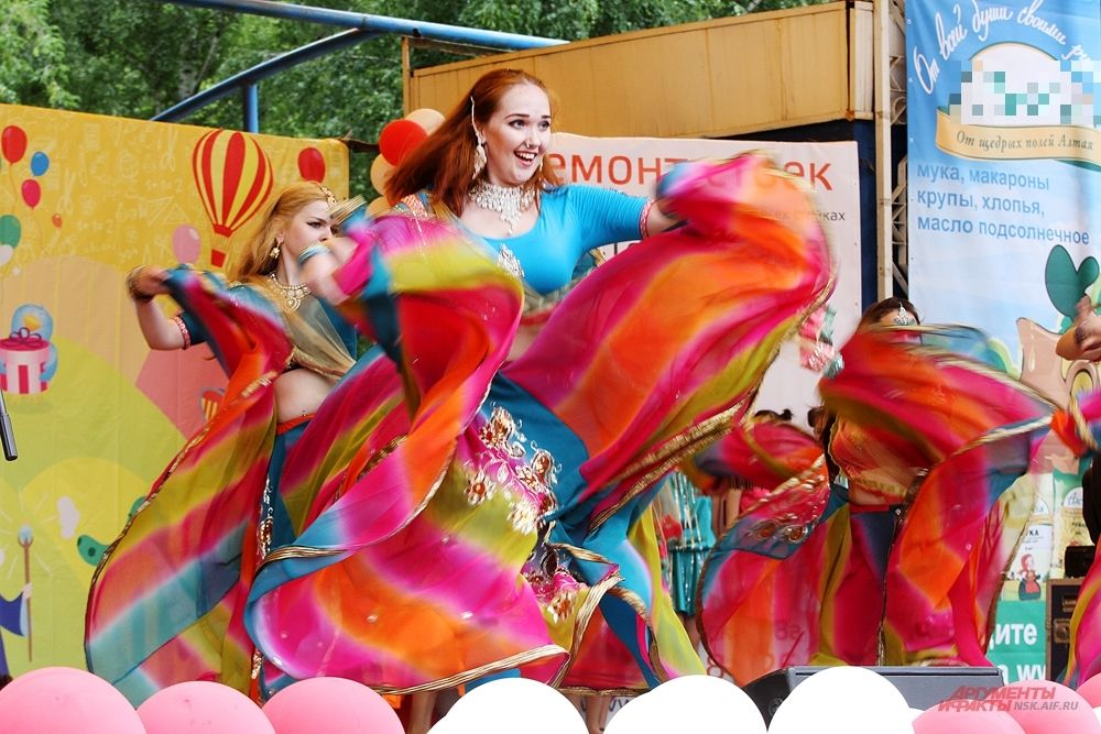 Яркие коллективы выступали на сцене парка.