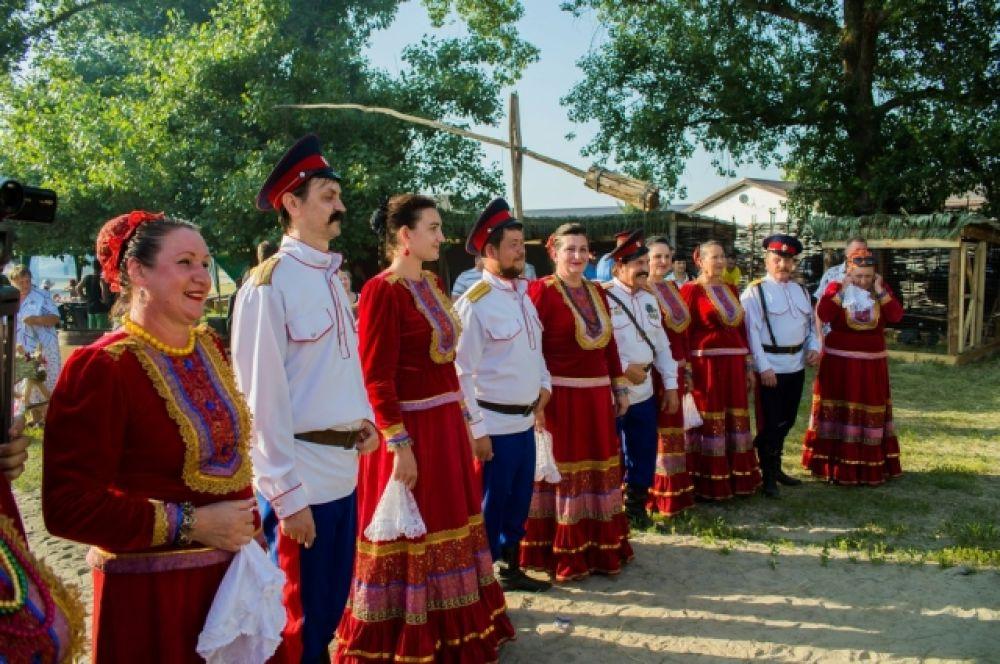 На фестиваль прибыли 567 участников-бардов из них 371 - это отдельные авторы-исполнители, в том числе участники конкурса «Юное дарование», и 196 человек объединенных в 21 коллектив.