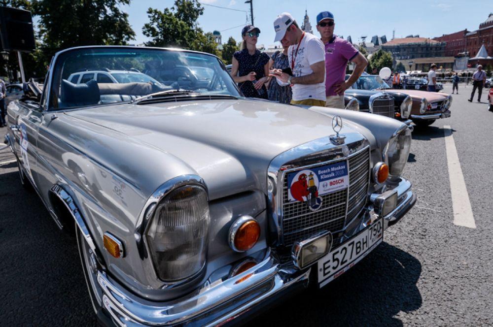 Автомобиль Mercedes-Benz 280SL 1969 года выпуска.