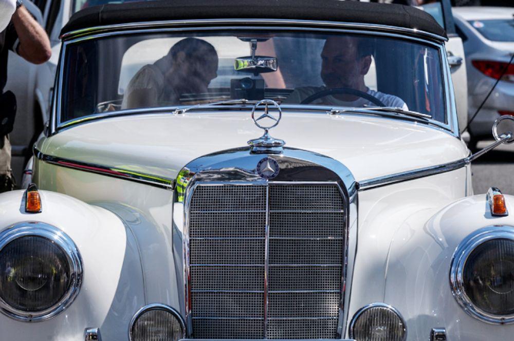 Автомобиль Mercedes Benz.