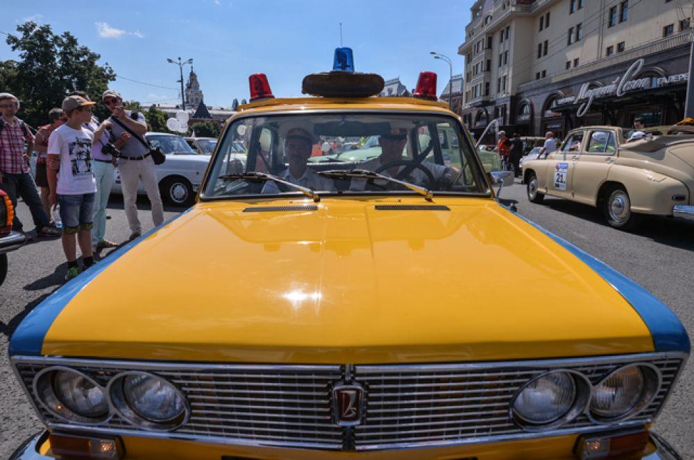 Автомобиль сопровождения «Жигули» ВАЗ 2103 ГАИ.